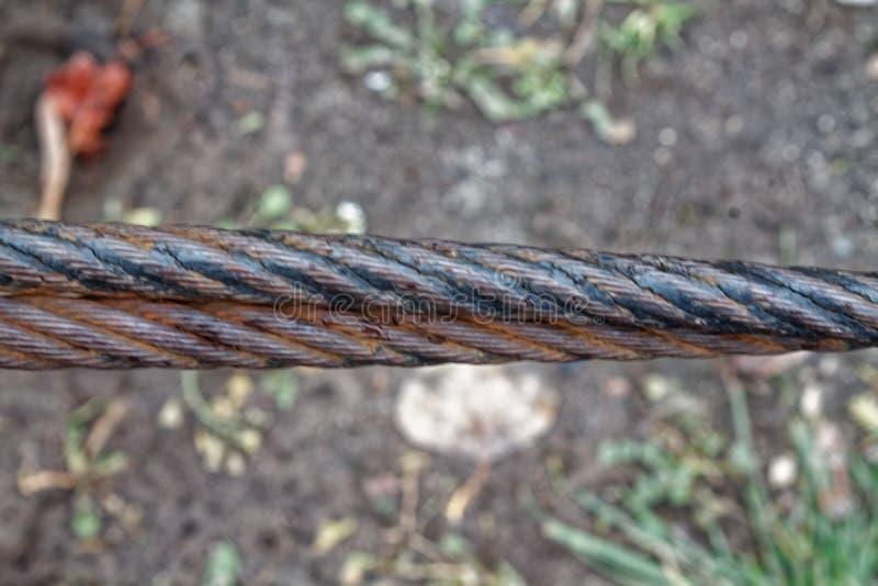 Dikke dichte omhooggaand van de staalkabel Het element van de brugomheining Gedetailleerde mening De oppervlakte van de staalkabe stock fotografie