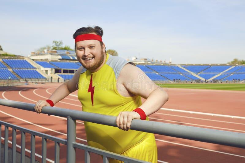 Dikke grappige mens die na een training bij het stadion rusten royalty-vrije stock foto's