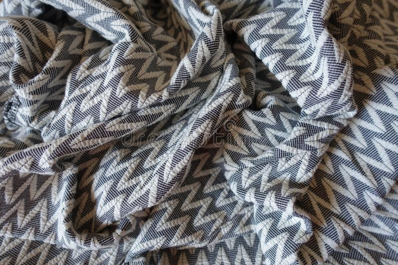 Dikke grijze gevormde stof in zachte vouwen royalty-vrije stock afbeeldingen