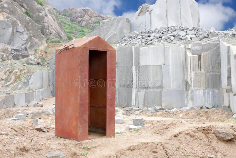 Dikke metaal het vernietigen schuilplaats in een granietmijn stock afbeeldingen