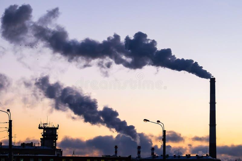 Dikke rook die van fabrieksschoorstenen uitspuwen royalty-vrije stock foto's