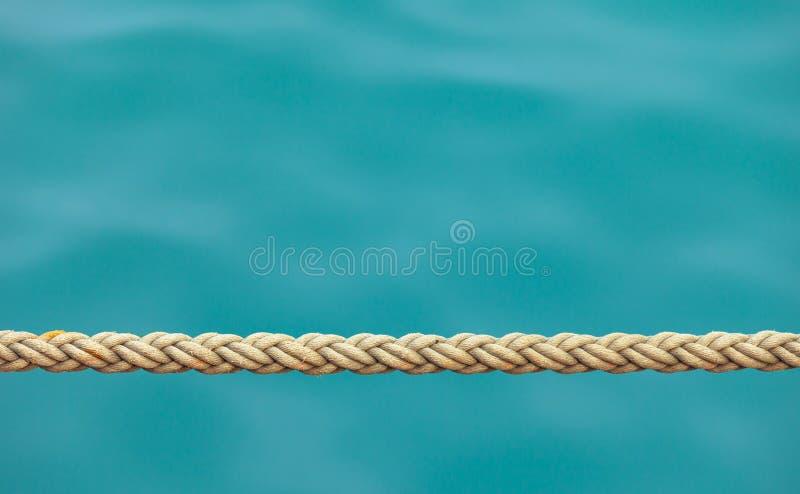 Dikke schipkabel op de zeewaterachtergrond stock foto