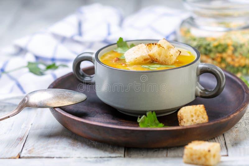 Dikke soep van spliterwten met croutons stock foto's