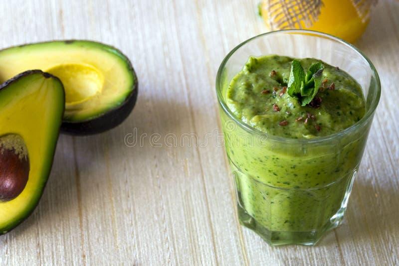 dikke voedzame drank - smoothie met avocado Juiste voeding en gezonde levensstijl royalty-vrije stock foto's