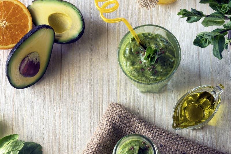 dikke voedzame drank - smoothie met avocado Juiste voeding en gezonde levensstijl stock foto