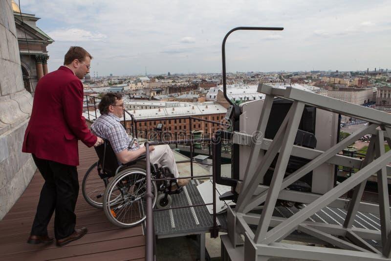 Dilaghi per il sollevamento sull'fatto specialmente per il viewin degli utenti di sedia a rotelle immagine stock
