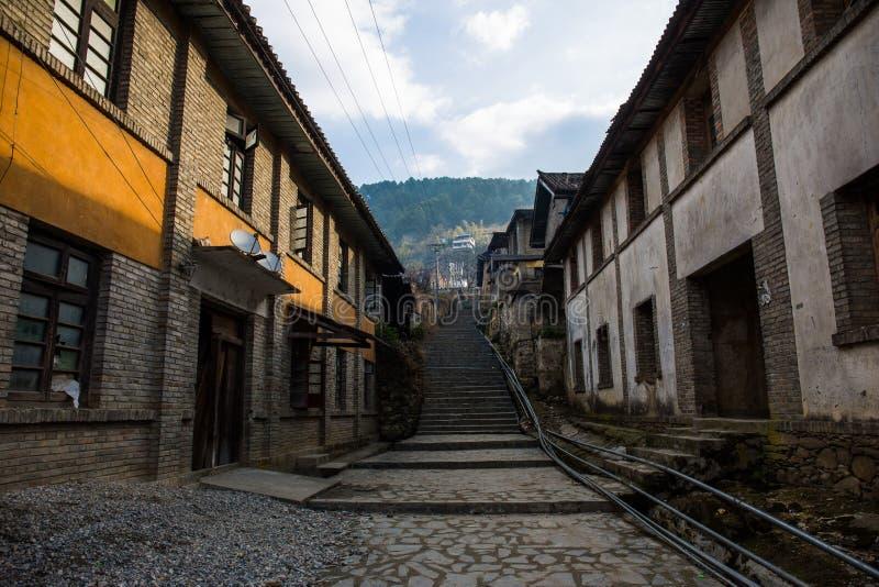Dilapidated放弃了房子,无人居住的镇,沮丧的街道 免版税库存图片