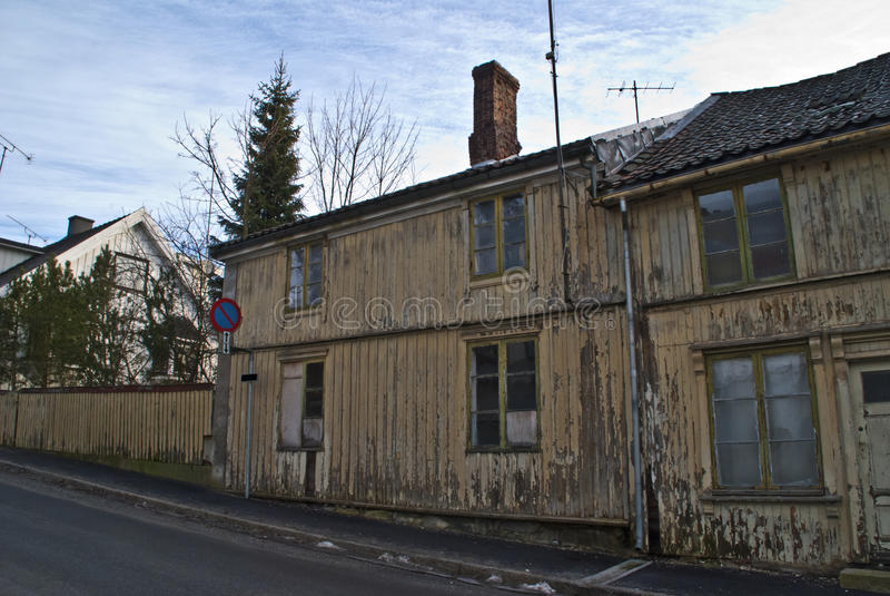 dilapidated halden det gammala huset royaltyfri bild
