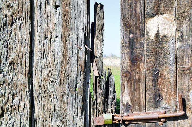 Dilapidated houten poort stock afbeeldingen