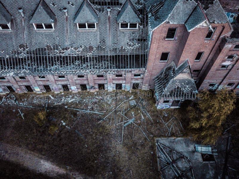 Dilapidated negligenciou a fábrica de construção velha que cai na ruína e na ruína imagem de stock royalty free