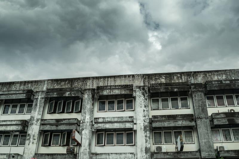 Dilapidated oud flatgebouw stock foto's