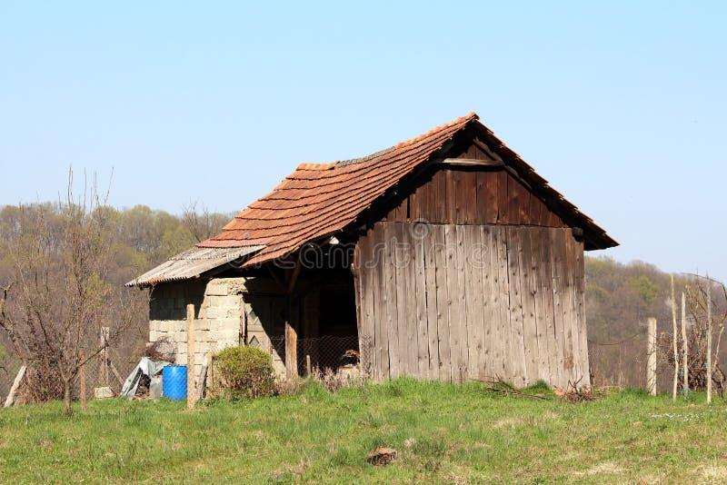Dilapidated rachou a estrutura exterior pequena do armazenamento feita de placas de madeira e dos blocos de apartamentos concreto fotos de stock royalty free