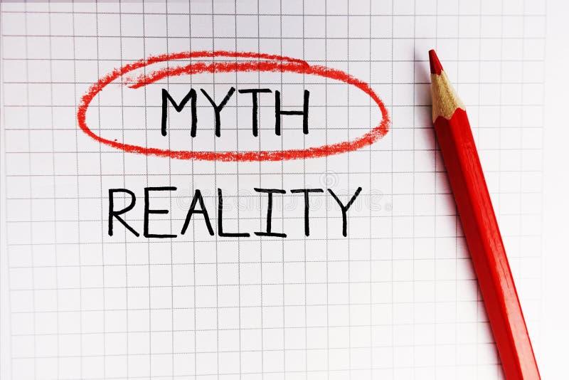 Dilemma di realtà o di mito in libro di per la matematica con la parola di mito nel cerchio rosso immagine stock libera da diritti