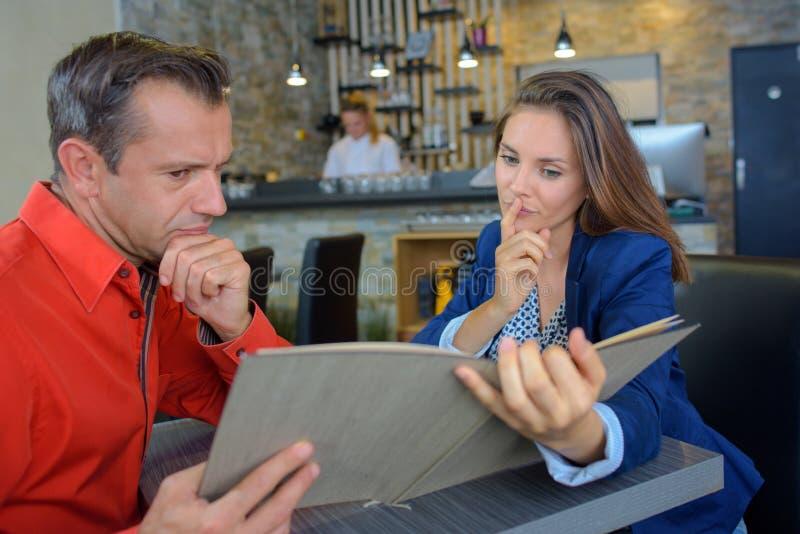 Dilemme dans le restaurant images stock