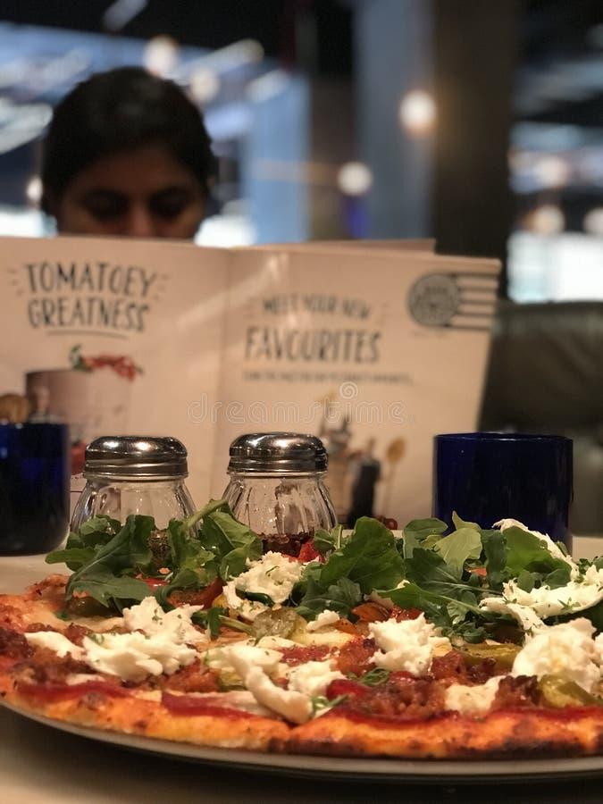 Dilettandosi sulla pizza, menu di PizzaExpress fotografia stock