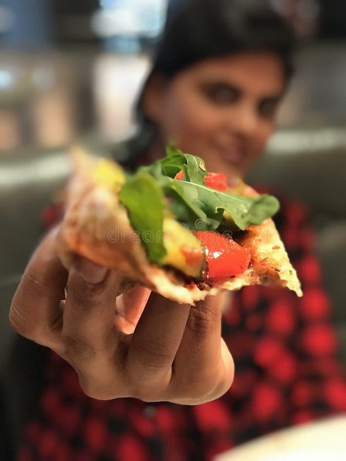 Dilettandosi sulla pizza fotografia stock
