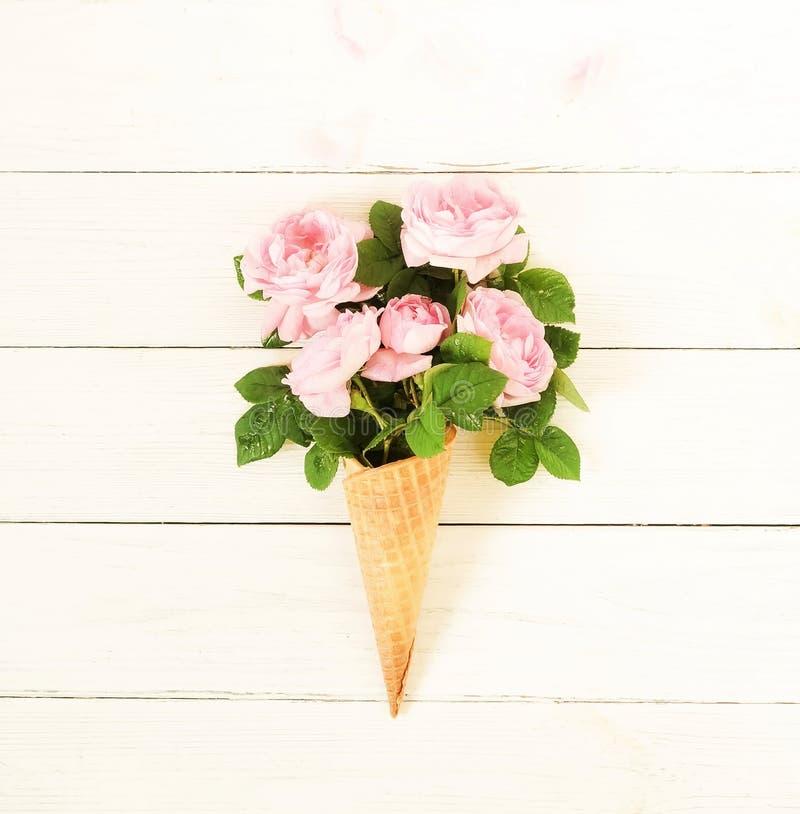 Dillandekotte med gräns - rosa rosor blommar buketten på vit träbakgrund arkivbild