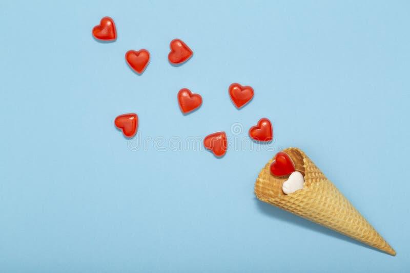 Dillandekotte och små röda hjärtor på en blå bakgrund Romantisk förälskelsebakgrund för valentin dag, ferie, parti, bröllop arkivfoton