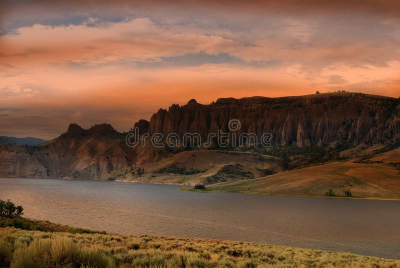 Dillon Pinnacles, Colorado bei Sonnenuntergang lizenzfreie stockfotografie