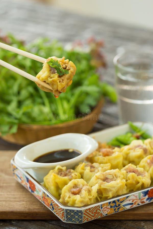 Dim Sum, alimento cinese, cinese ha cotto a vapore lo gnocco sul piatto bianco immagine stock libera da diritti