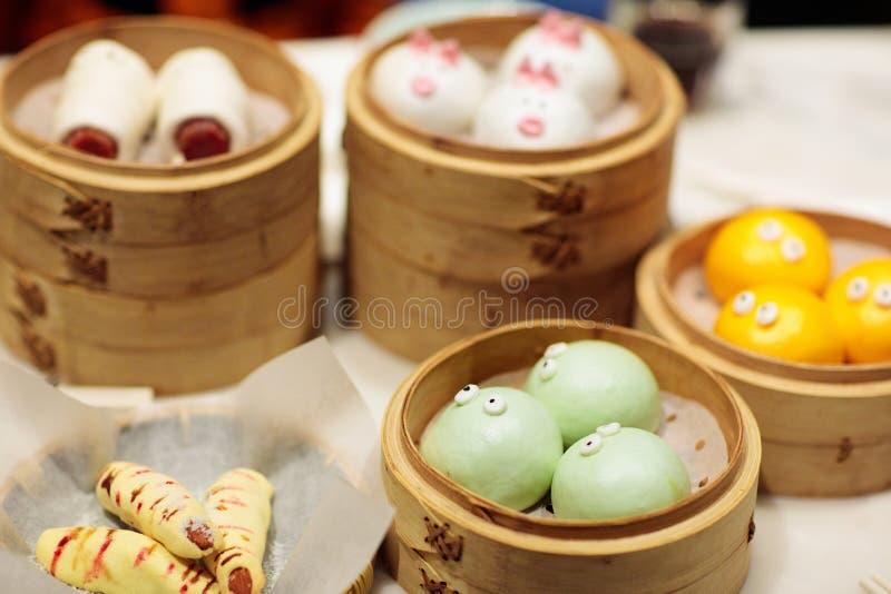 Dim sum, bolinha de massa chinesa tradicional no tema de bambu do navio, do porco e o animal para crianças Alimento da rua para c imagem de stock