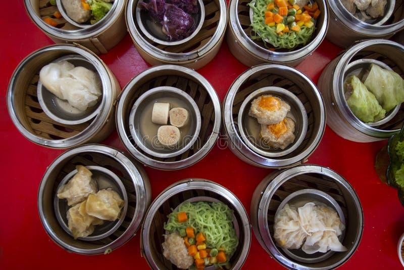 Dim sum chinês em uma esfera de bambu da caixa do navio, conceito do alimento: Cultura asiática tradicional do aperitivo, menu de imagem de stock royalty free