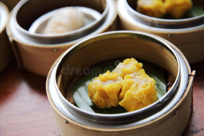 Dim sum cozinhado chinês das bolinhas de massa da carne de porco fotografia de stock