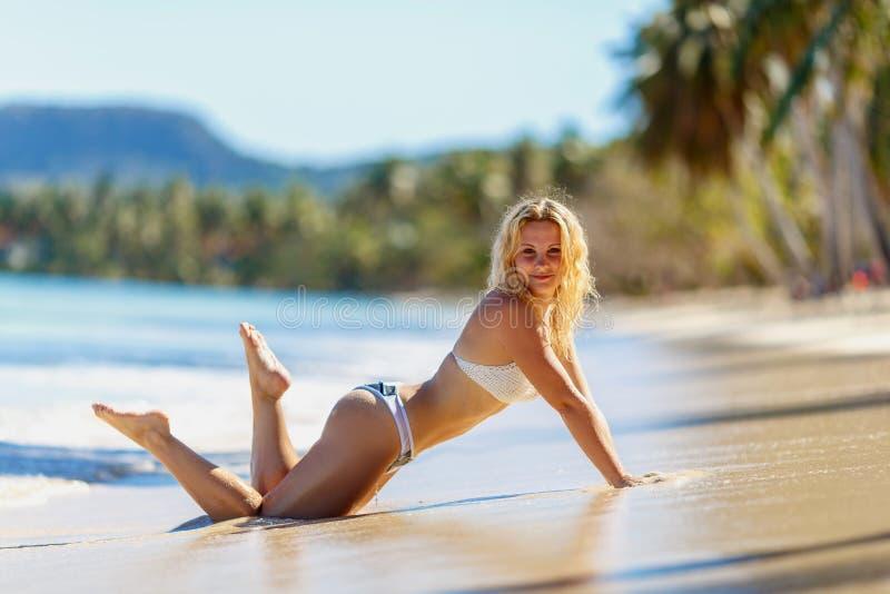 Dimagrisca il modello biondo sexy della ragazza su una spiaggia tropicale fotografia stock libera da diritti