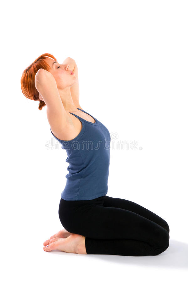 Dimagrisca la giovane donna che fa il collo che allunga l'esercitazione immagini stock