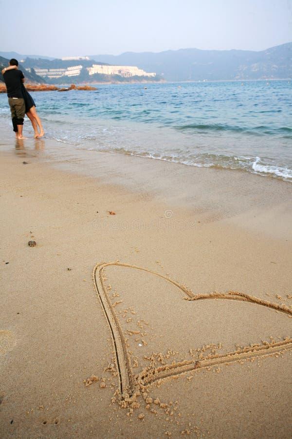 Dimensión de una variable del corazón en la playa foto de archivo libre de regalías