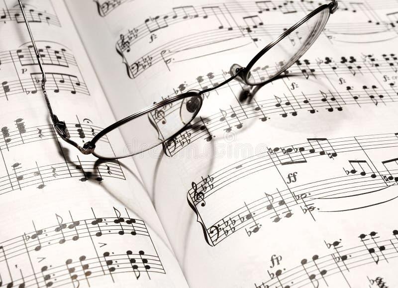 Dimensión de una variable del corazón en un libro de música imágenes de archivo libres de regalías