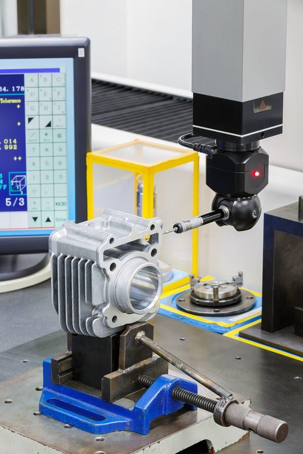 Dimension d'inspection d'opérateur par CMM après usinage photographie stock