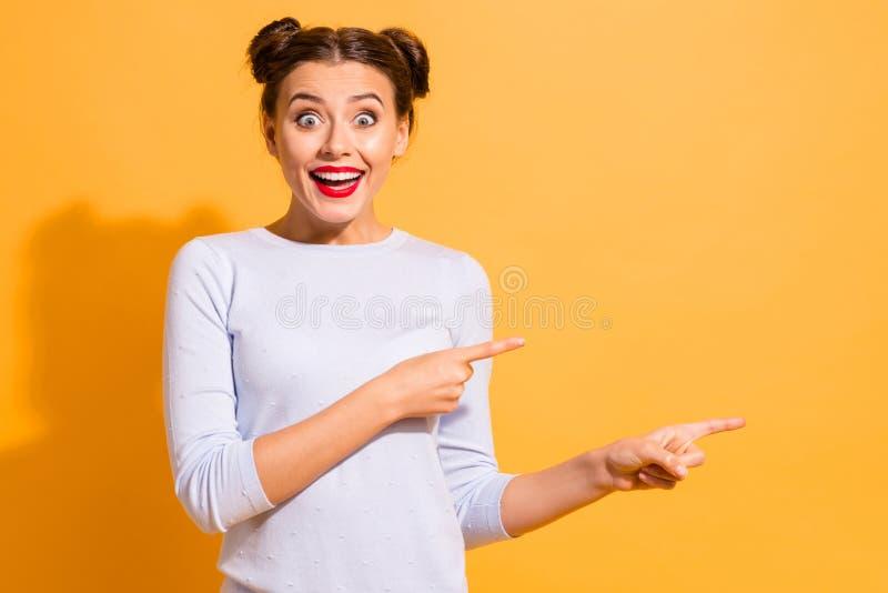 Diminui??o do pre?o Retrato do adolescente bonito surpreendido chocado energ?tico no equipamento branco do algod?o que aponta em  imagens de stock