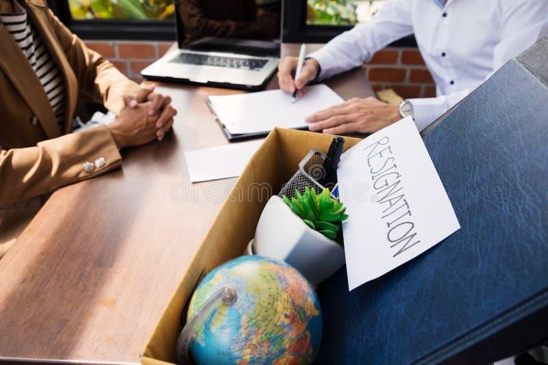 Dimisión del hombre de negocios que embala encima de todos sus objetos personales a fotos de archivo libres de regalías