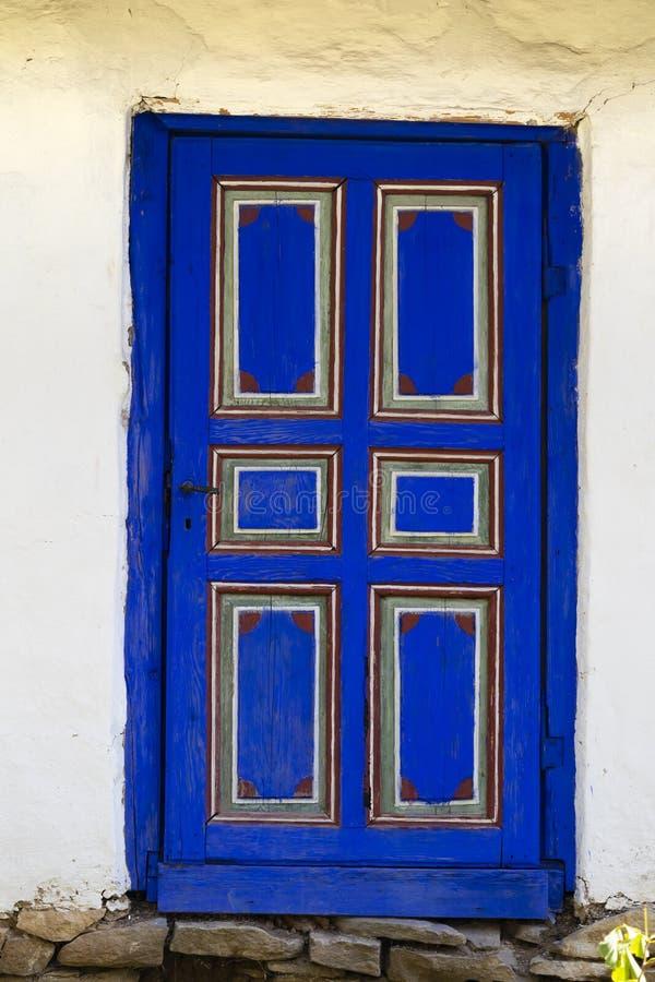 Dimitrie Gusti National Village Museum - en dekorerad blå dörr fotografering för bildbyråer