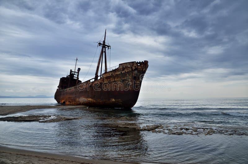 Dimitrios jest starym statkiem rujnującym na Greckim wybrzeżu i porzucającym na plaży obraz stock