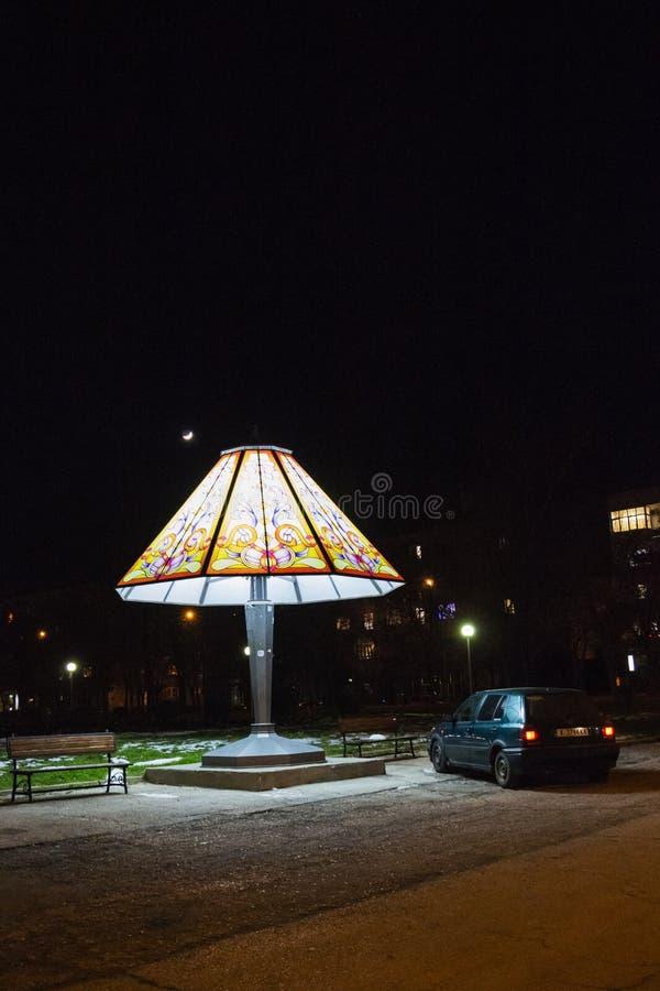 DIMITROVGRAD BUŁGARIA, GRUDZIEŃ, - 23, 2017: Gigantyczna wezgłowie lampa, samochód obok go i księżyc w niebie przy Maritsa parkie zdjęcie stock