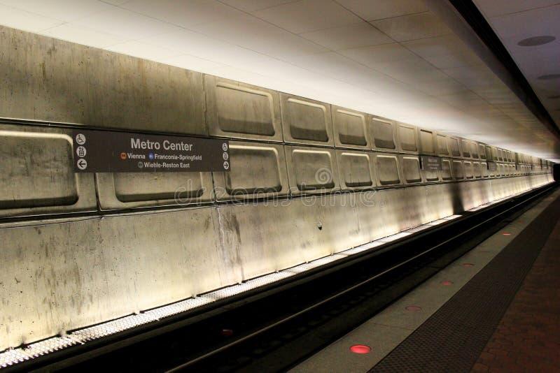 Dimly αναμμένο τμήμα των διαδρομών κάτω από το κέντρο μετρό, ο κεντρικός σταθμός πλημνών, Ουάσιγκτον, συνεχές ρεύμα, 2015 στοκ φωτογραφίες