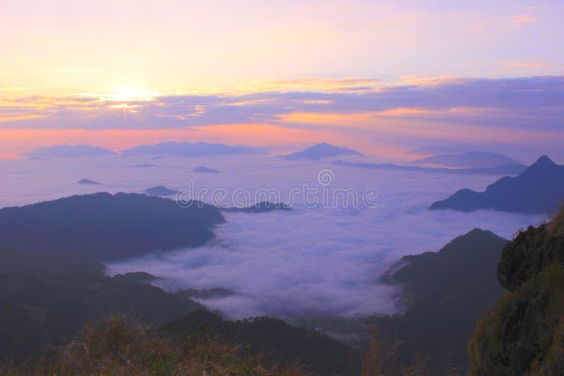 Dimma över berget royaltyfri fotografi