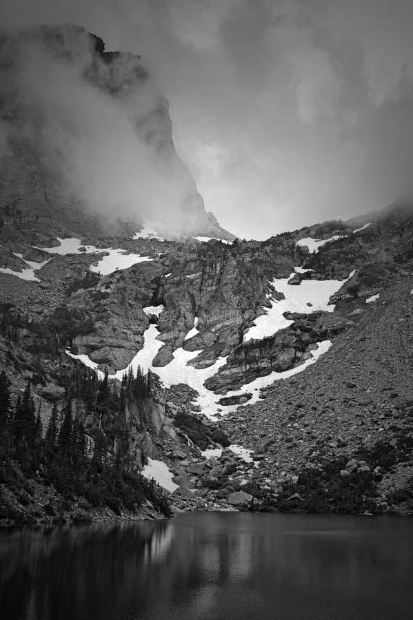 Dimma över Emerald Lake royaltyfria foton