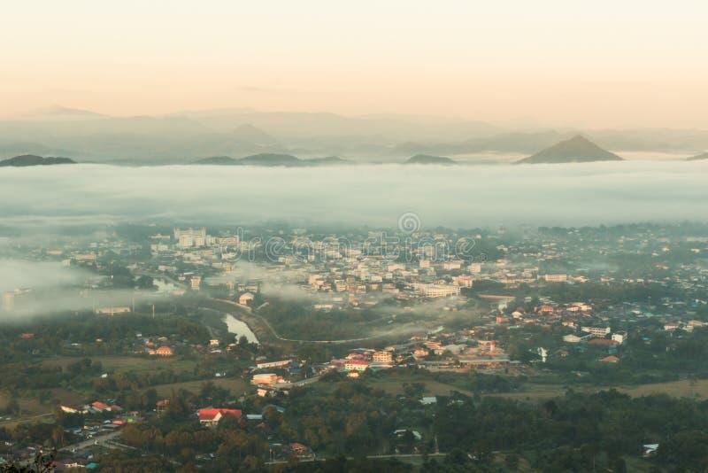 dimma lägger över staden royaltyfri foto