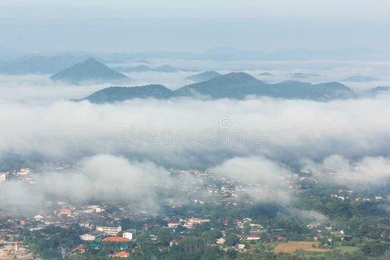 dimma lägger över staden royaltyfri fotografi