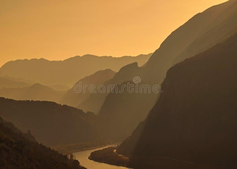 Dimma på berget och floden arkivbild