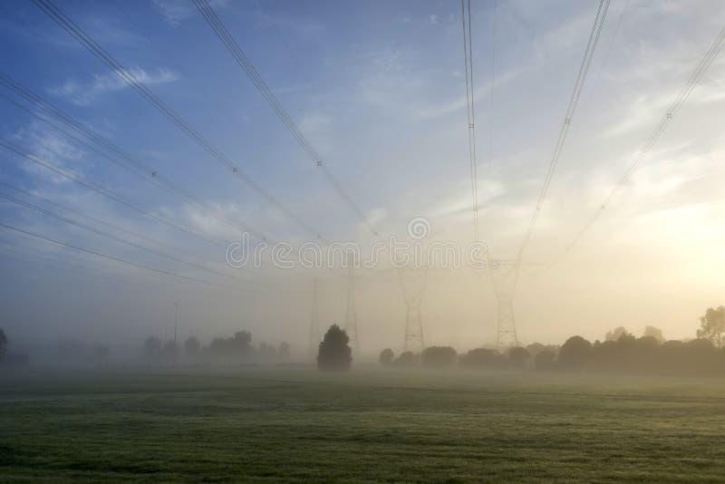 Dimmaanddkraftledningar arkivfoton