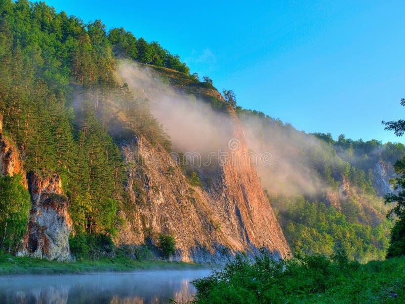 dimmamorgonberg fotografering för bildbyråer