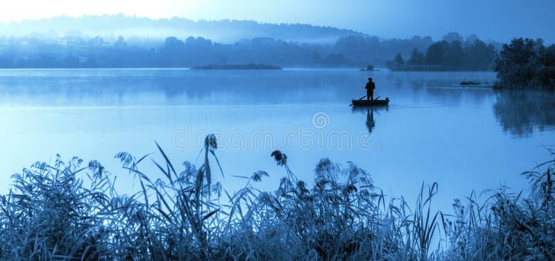 Dimmig blå morgon scenisk sjö royaltyfri fotografi