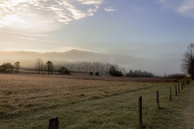 Dimmig cadesliten vikmorgon i stor nationalpark för rökiga berg royaltyfria bilder