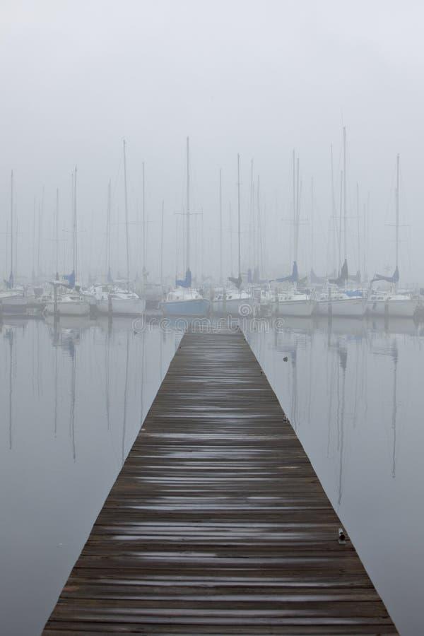 dimmig hamnsegelbåt arkivfoto
