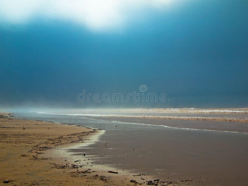 Dimmig havskust i morgonen  royaltyfri fotografi