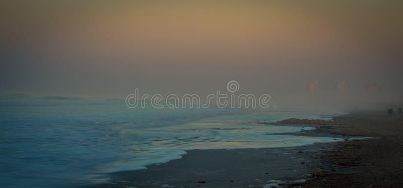 Dimmig morgon över Atlanticet Ocean royaltyfria bilder